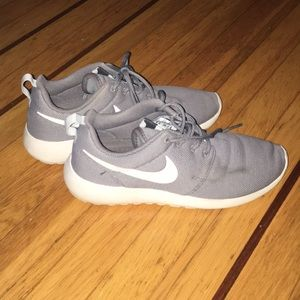 GRAY NIKE ROSHE ONE'S